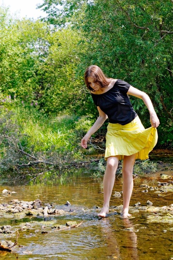 Женщина и поток стоковая фотография rf