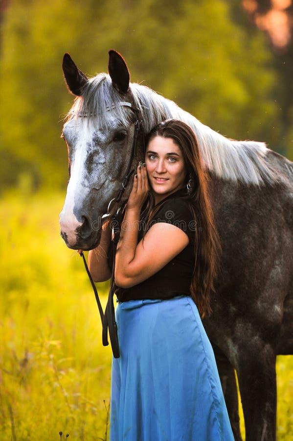 Женщина и серая лошадь стоковые фотографии rf