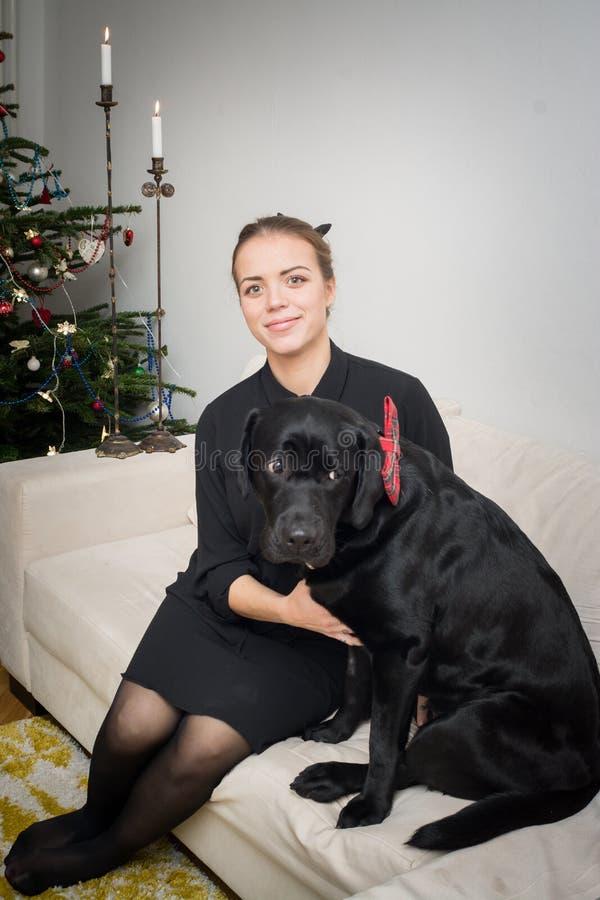Женщина и собака рождественской елкой стоковые фотографии rf