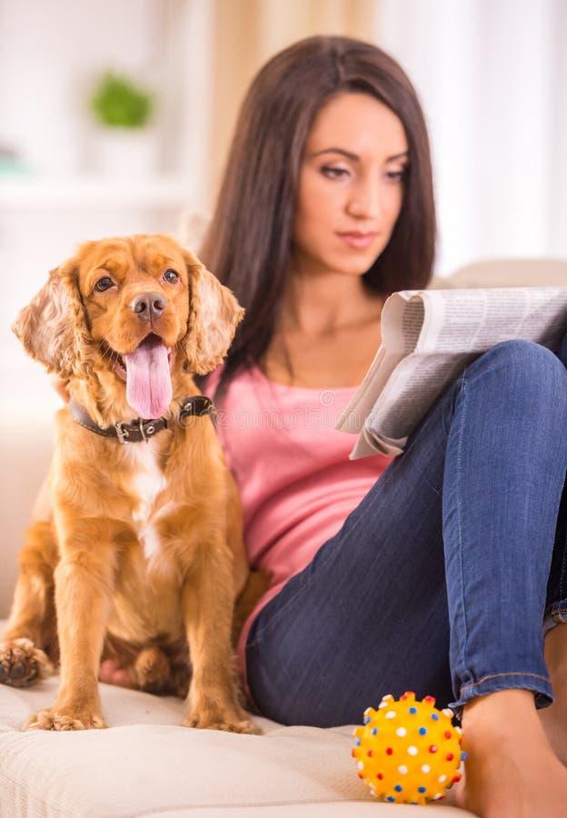 Женщина и собака стоковые изображения rf