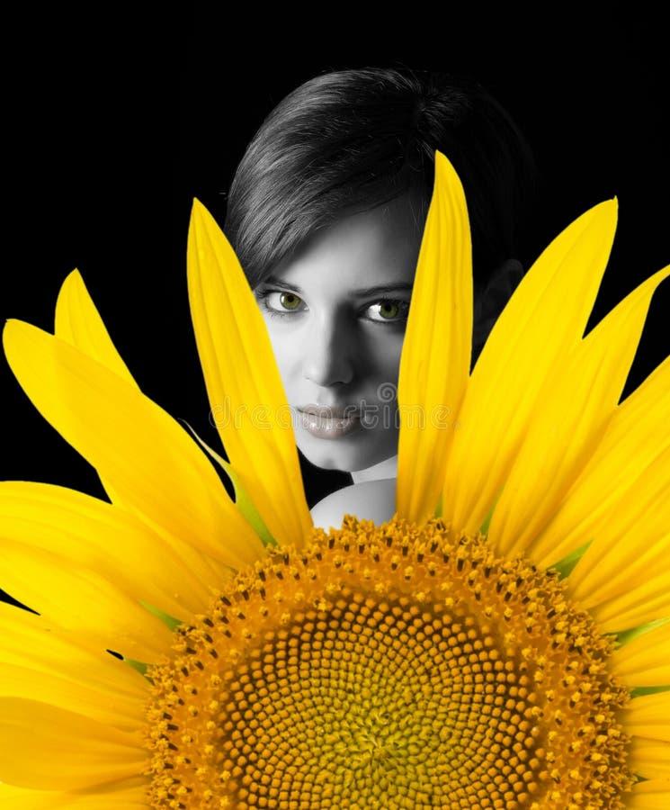 Женщина и солнцецвет стоковые изображения rf