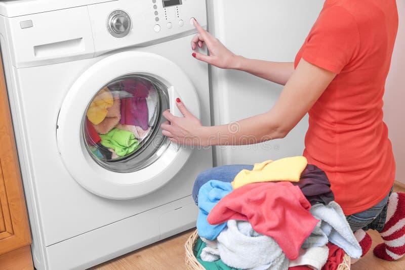 Женщина и стиральная машина стоковая фотография rf