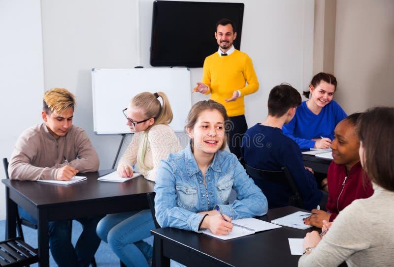 Женщина и студенты имеют тренировки группы стоковая фотография rf