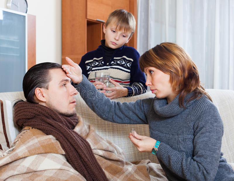Женщина и сын заботя для человека ilness стоковые изображения