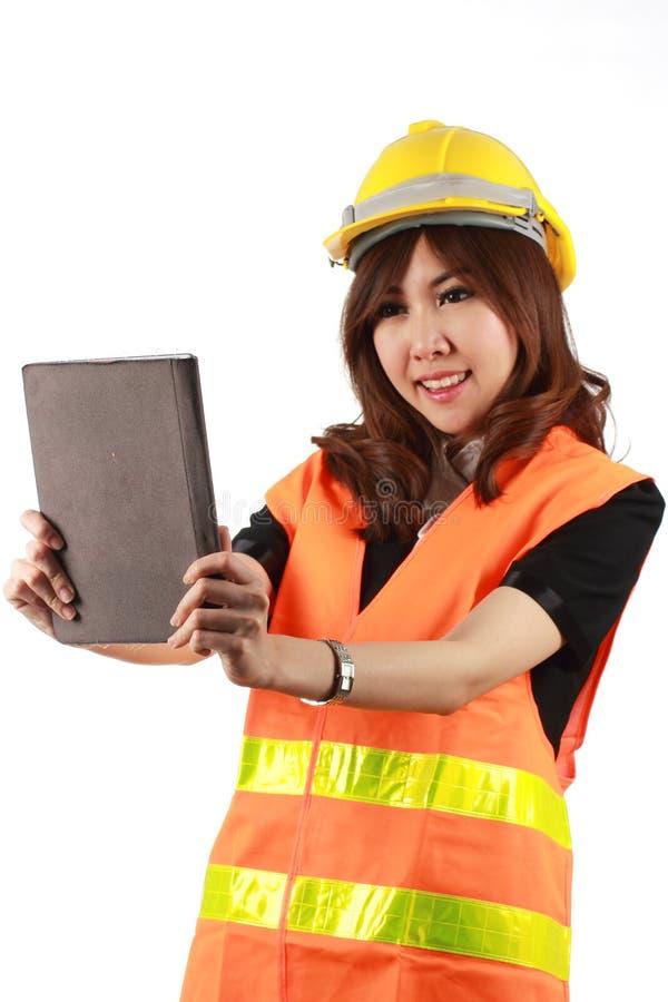 Женщина и таблетка инженера в ее руке стоковое фото
