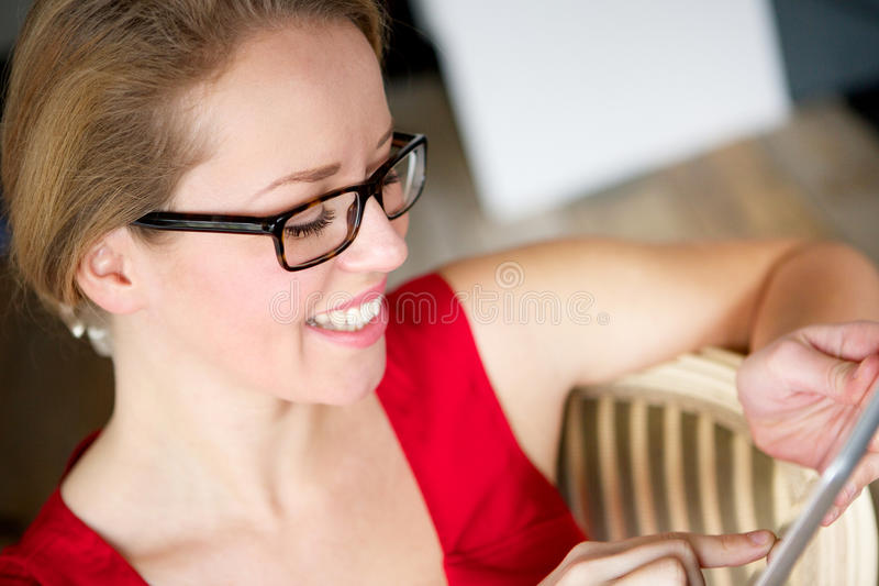 Женщина и таблетка сенсорного экрана стоковое фото