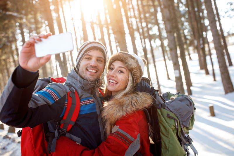 Женщина и человек в влюбленности делая фото совместно стоковое фото