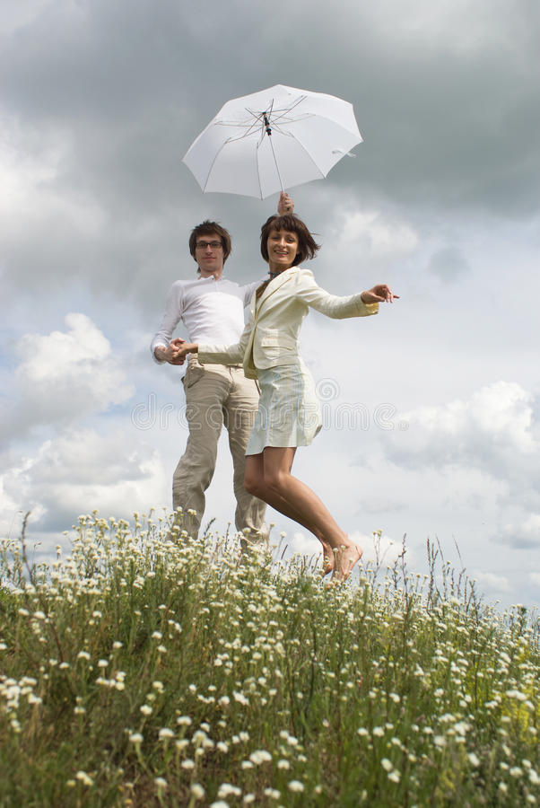 Женщина и человек с зонтиком стоковые фото