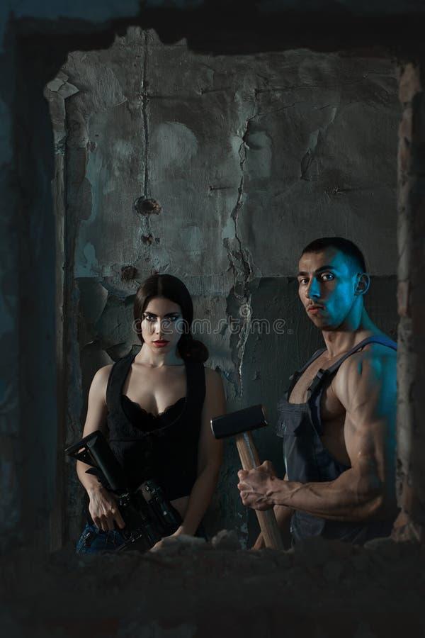 Женщина и человек с оружием стоковая фотография rf