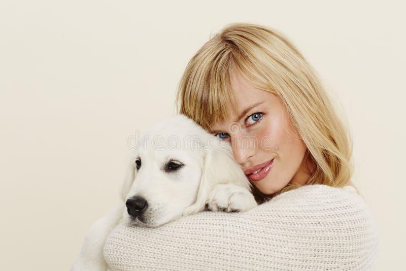 Женщина и щенок стоковое изображение