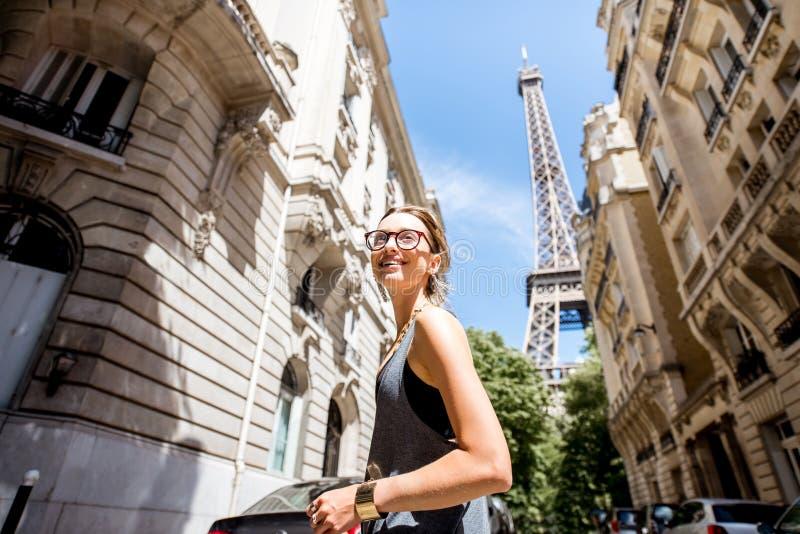 Женщина идя в Париж стоковое фото