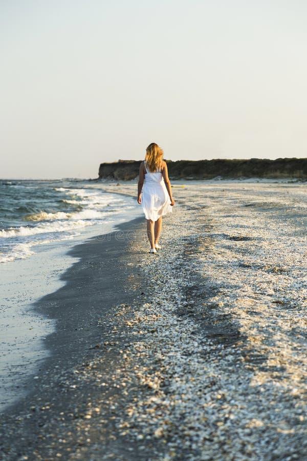 Женщина идя на песок пляжа стоковые фотографии rf
