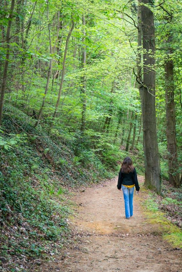 Женщина идя на путь стоковое фото rf
