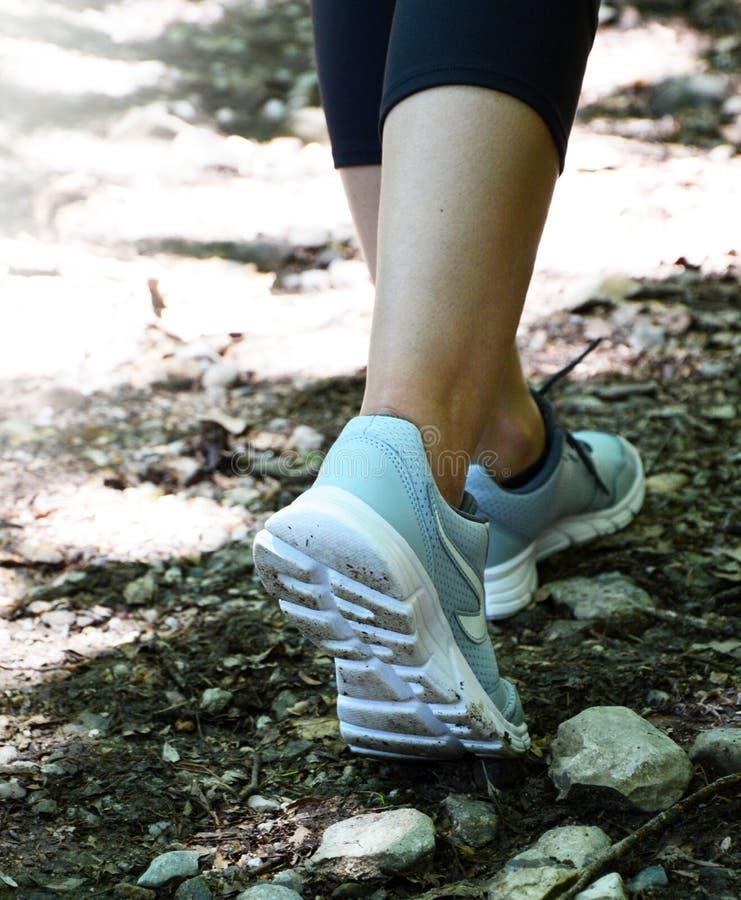 Женщина идя на тренировку следа внешнюю Jogging стоковые изображения rf