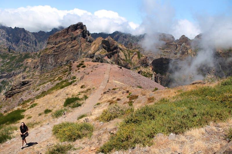 Женщина идя самостоятельно в горы стоковая фотография rf