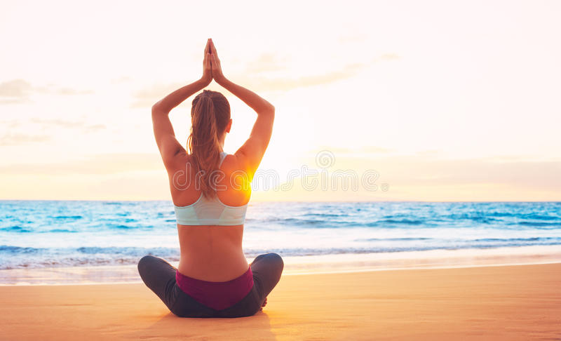 Женщина йоги на заходе солнца стоковые изображения rf