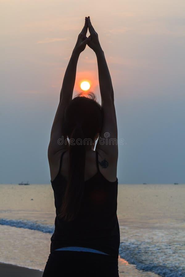 Женщина йоги на пляже стоковые фото