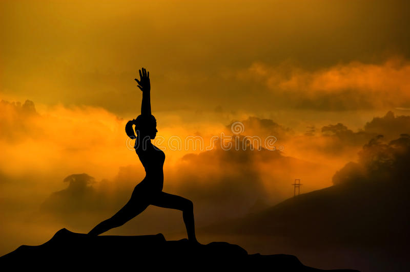Женщина йоги силуэта стоковая фотография