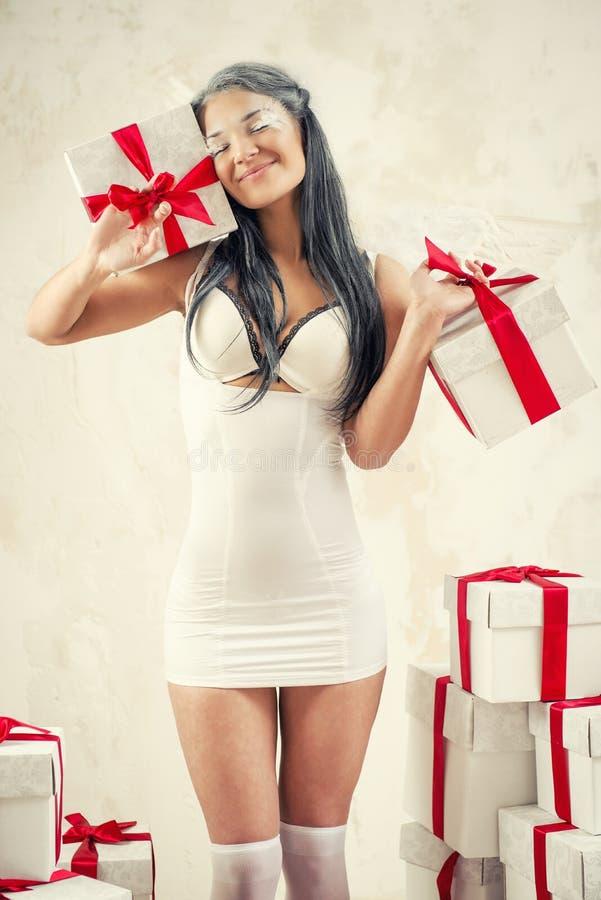 Женщина как ангел внутри помещения стоковые фотографии rf