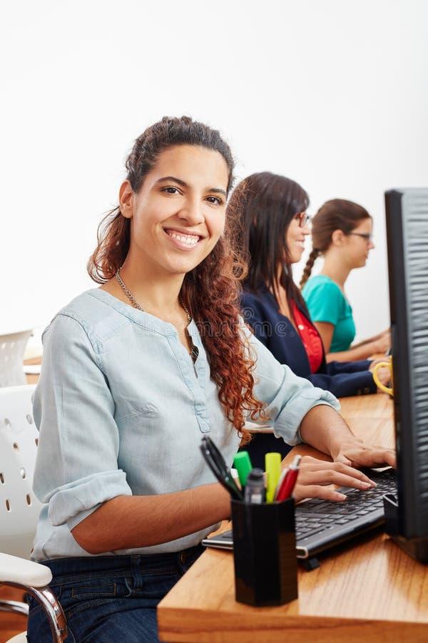 Женщина как оператор обслуживания центра телефонного обслуживания стоковые фотографии rf