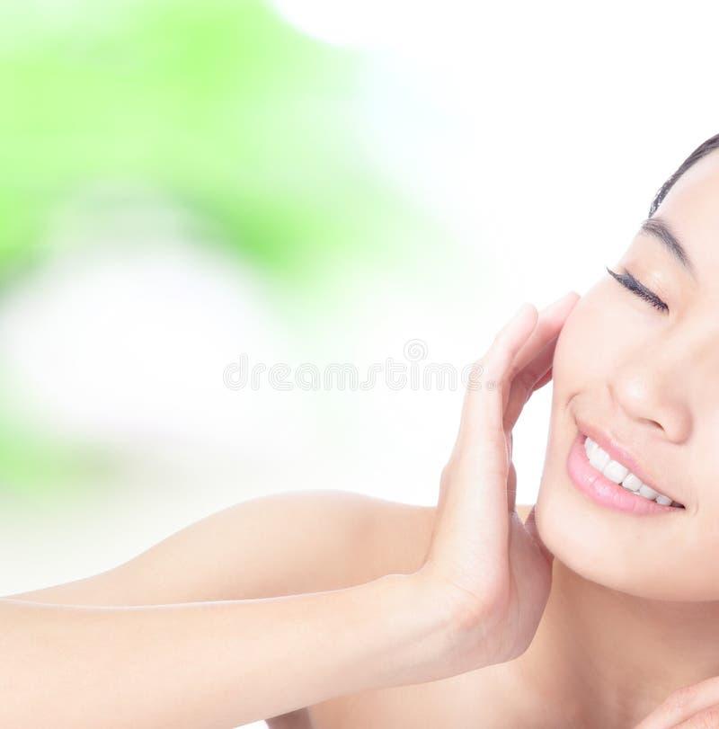 женщина касания усмешки руки стороны половинная стоковые фото