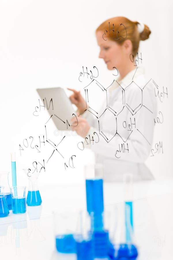 женщина касания экрана научного работника лаборатории стоковое фото rf