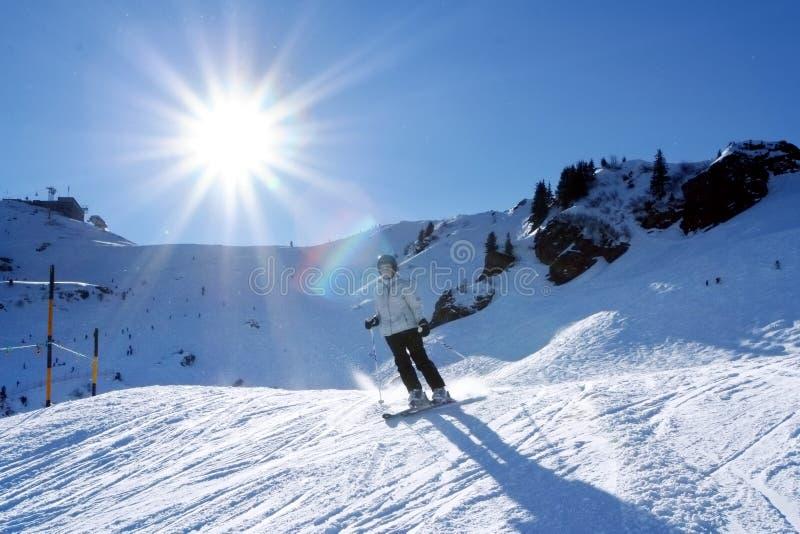 женщина катания на лыжах стоковые изображения