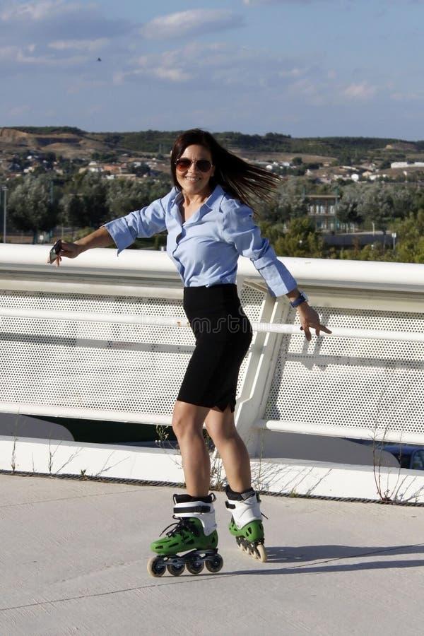 Женщина катаясь на коньках с юбкой стоковые изображения