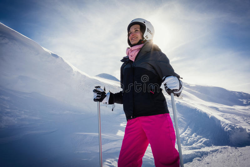 Женщина катаясь на лыжах горы в ее каникулах зимы стоковые изображения rf