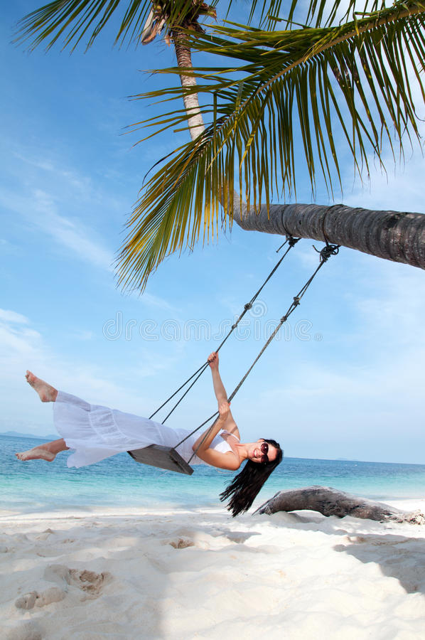 женщина качания платья пляжа белая стоковое изображение