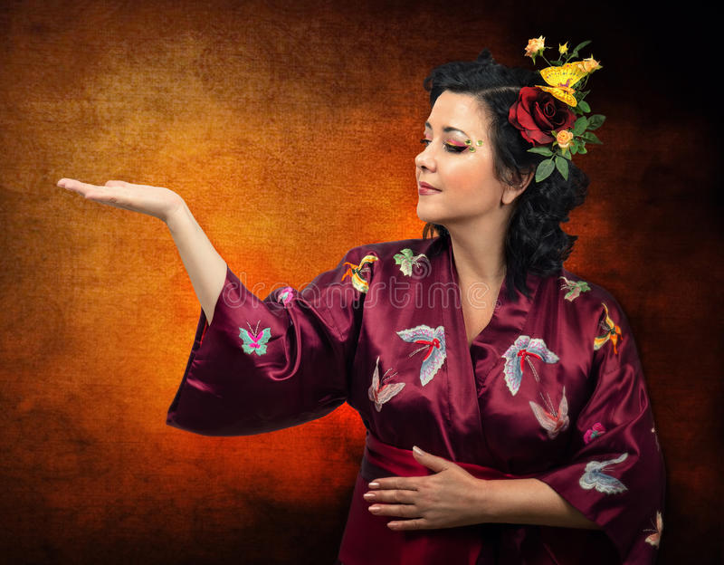 Download Женщина кимоно кавказская расширяя ее правую руку Стоковое Изображение - изображение насчитывающей ловкости, grunge: 41659191