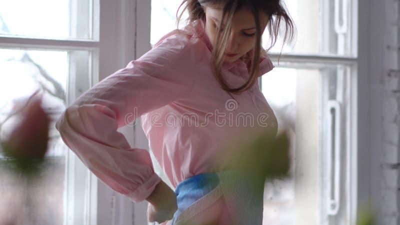 Женщина кладет дальше рисберму Взгляд через цветки стоковое фото