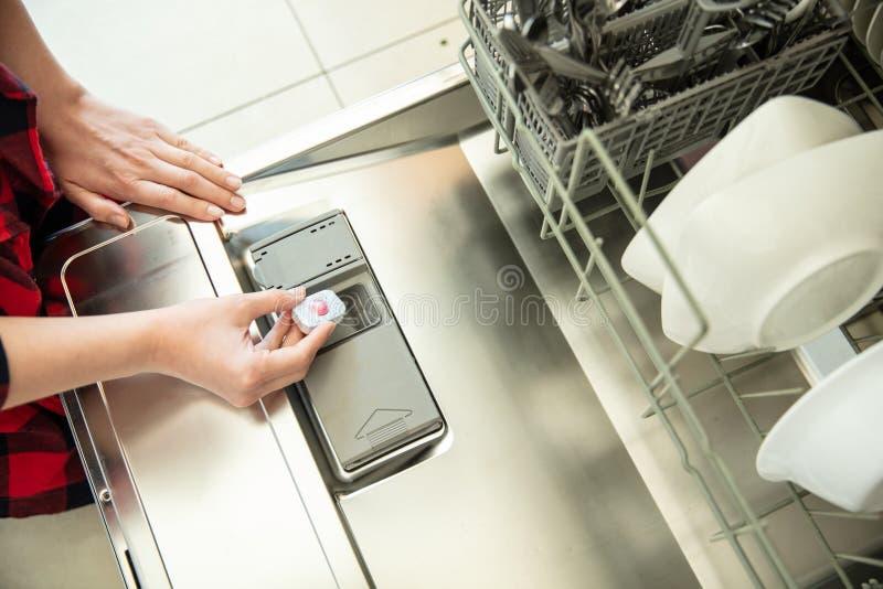 Женщина кладет планшет стоковое изображение rf