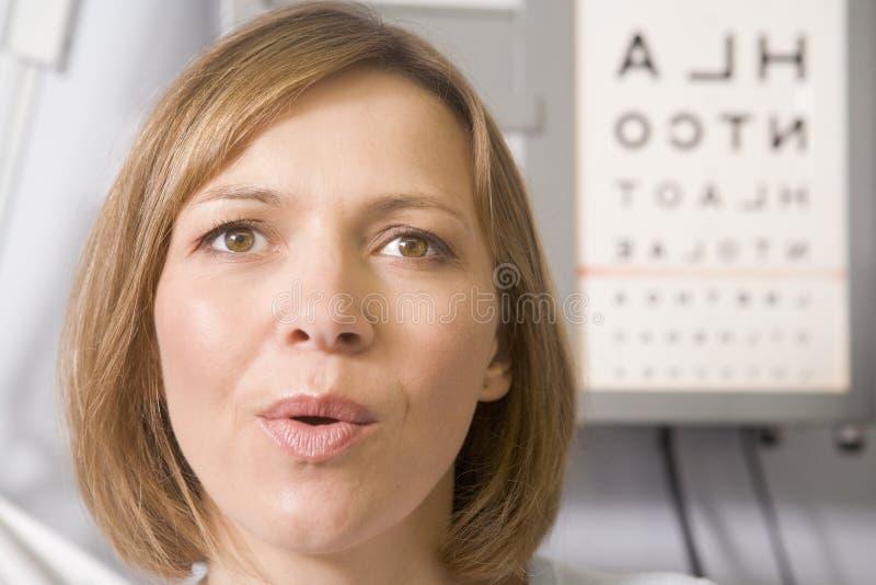 женщина комнаты s optometrist экзамена стоковые фото