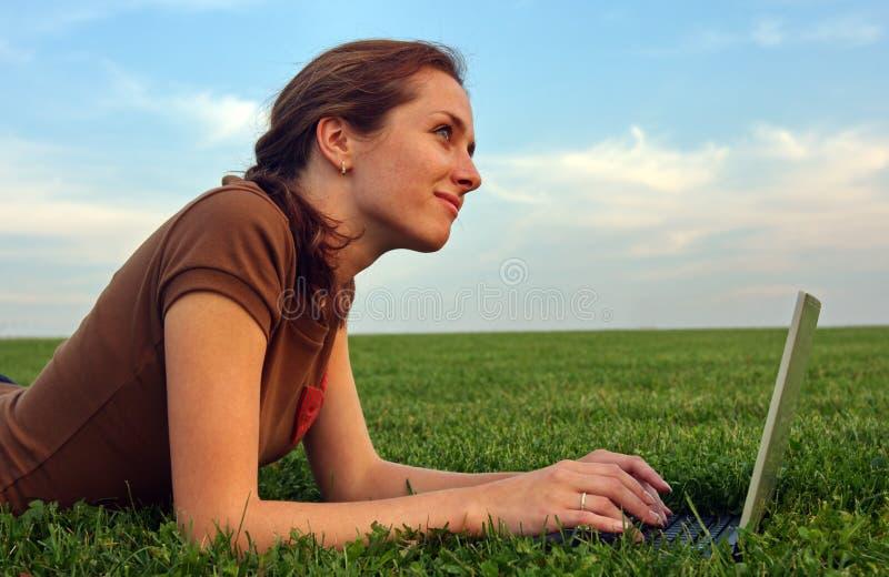 Download женщина компьтер-книжки зеленого цвета травы милая Стоковое Изображение - изображение насчитывающей бобра, трава: 6867873