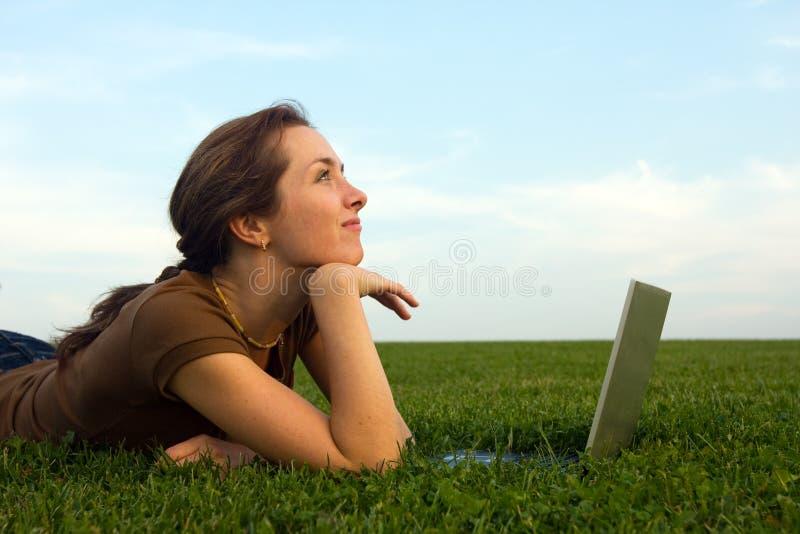 Download женщина компьтер-книжки зеленого цвета травы милая Стоковое Изображение - изображение насчитывающей свободно, трава: 6867981