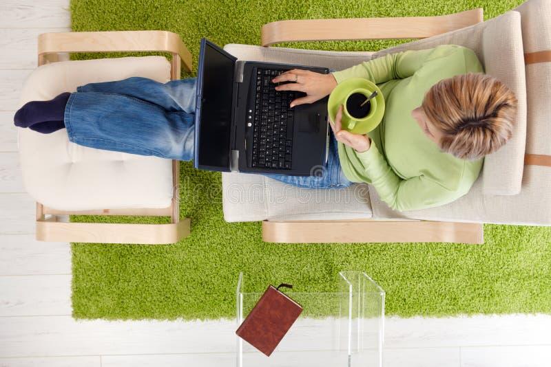 женщина компьтер-книжки кресла стоковая фотография