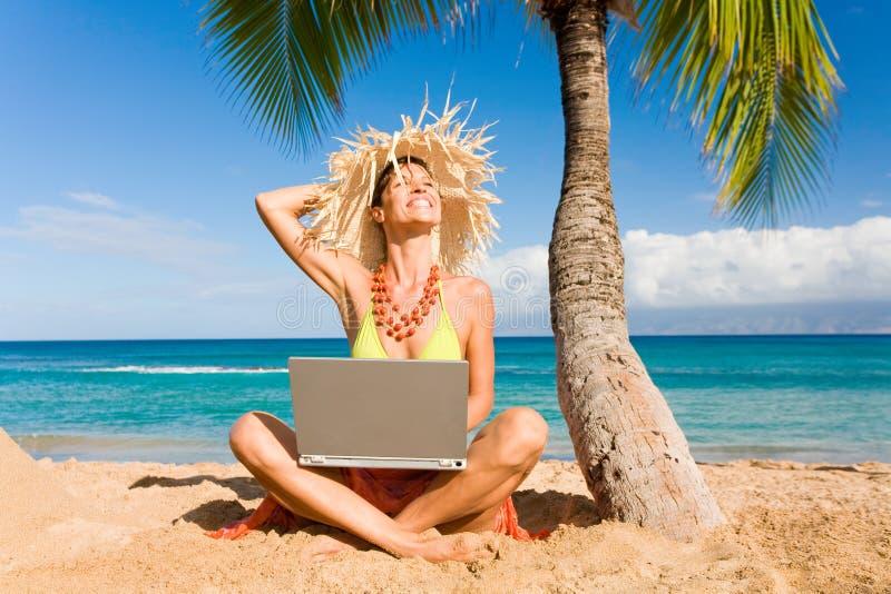 женщина компьтер-книжки пляжа стоковые изображения rf