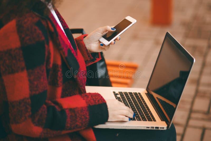 женщина компьтер-книжки Женщина работает путем использование Руки печатая на машинке на клавиатуре стоковое изображение