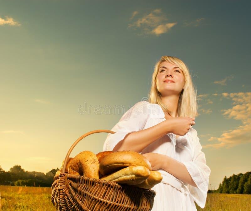 женщина корзины стоковая фотография rf