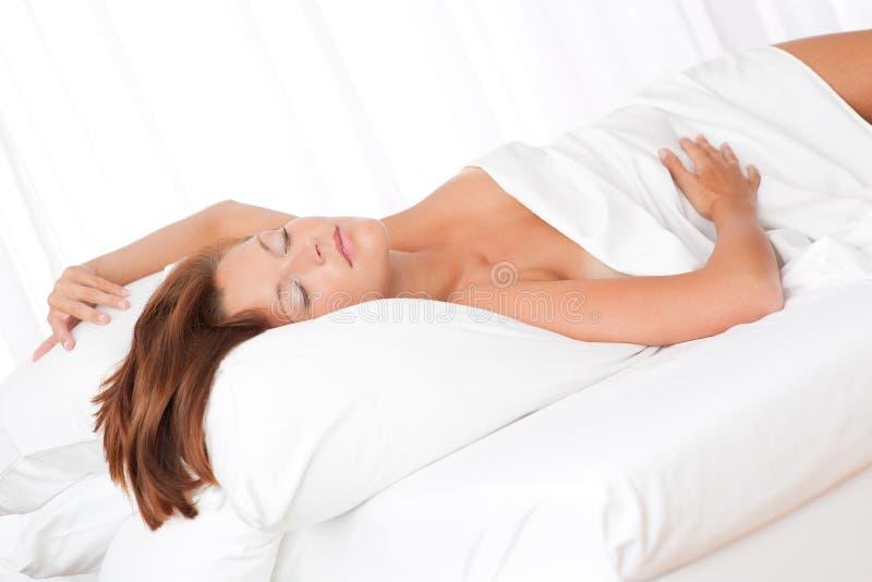 женщина коричневых волос кровати белая стоковое изображение rf