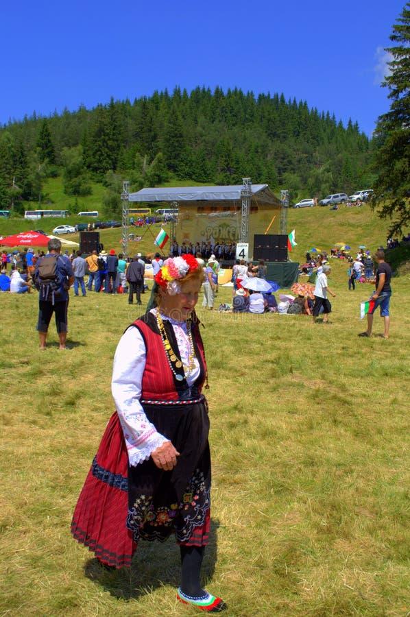 Женщина костюма на болгарской ярмарке стоковая фотография