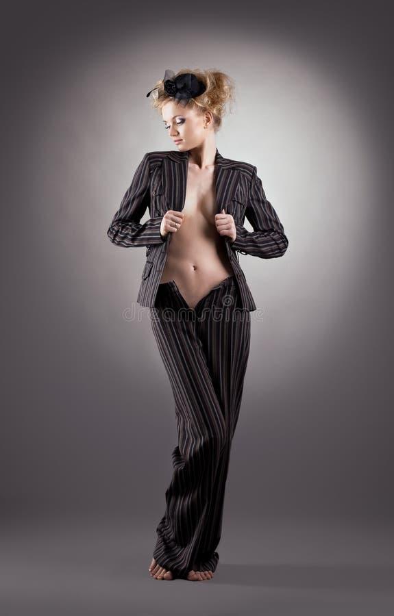 женщина костюма черного белокурого портрета милая стоковая фотография