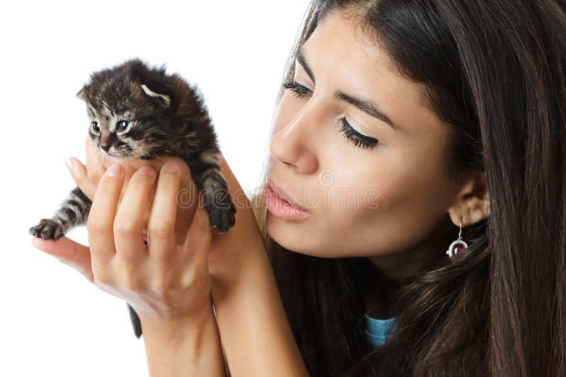 женщина котенка удерживания стоковое изображение