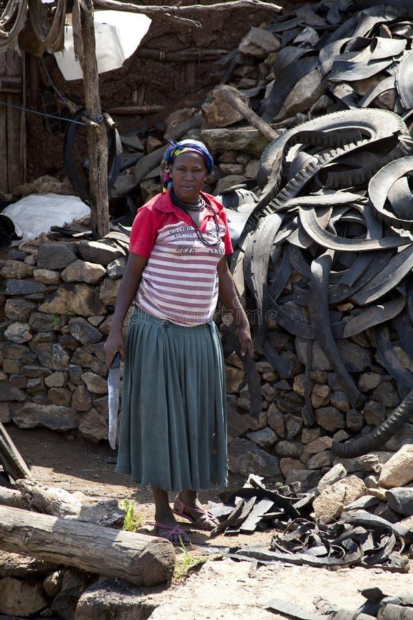 Женщина которая делает сандалии стоковая фотография rf