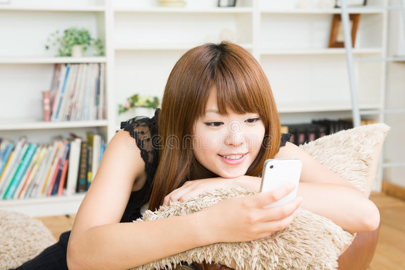 Женщина которая использует smartphone стоковая фотография