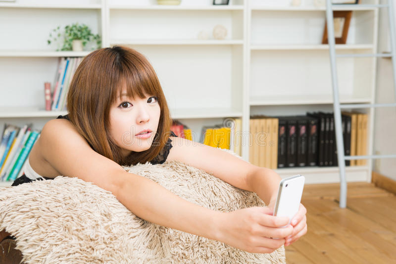 Женщина которая использует smartphone стоковая фотография rf
