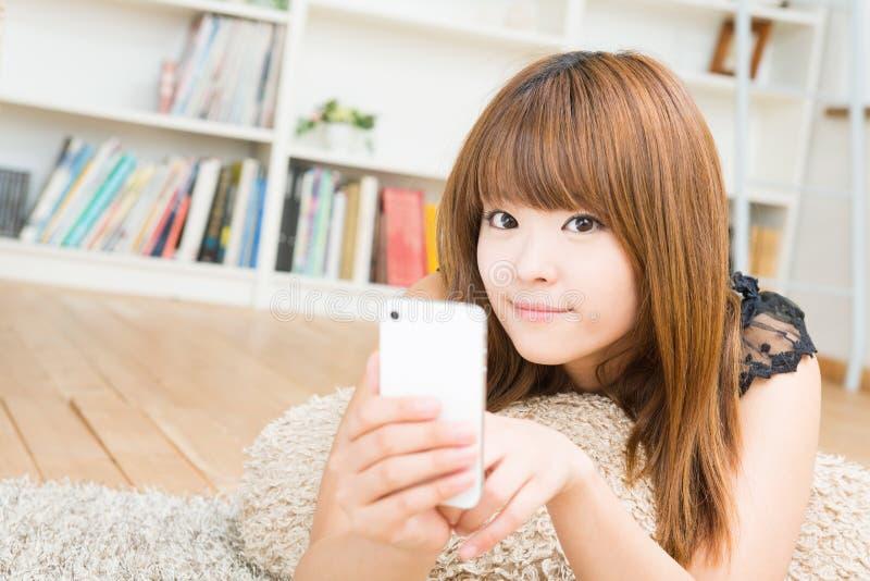 Женщина которая использует smartphone стоковые фотографии rf
