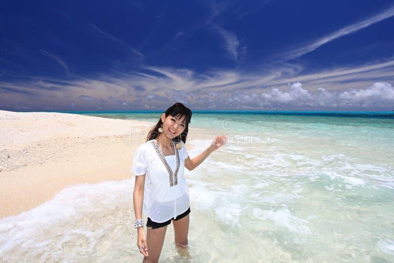 Download Женщина которая ослабляет на пляже. Стоковое Фото - изображение насчитывающей okinawa, природа: 37929452