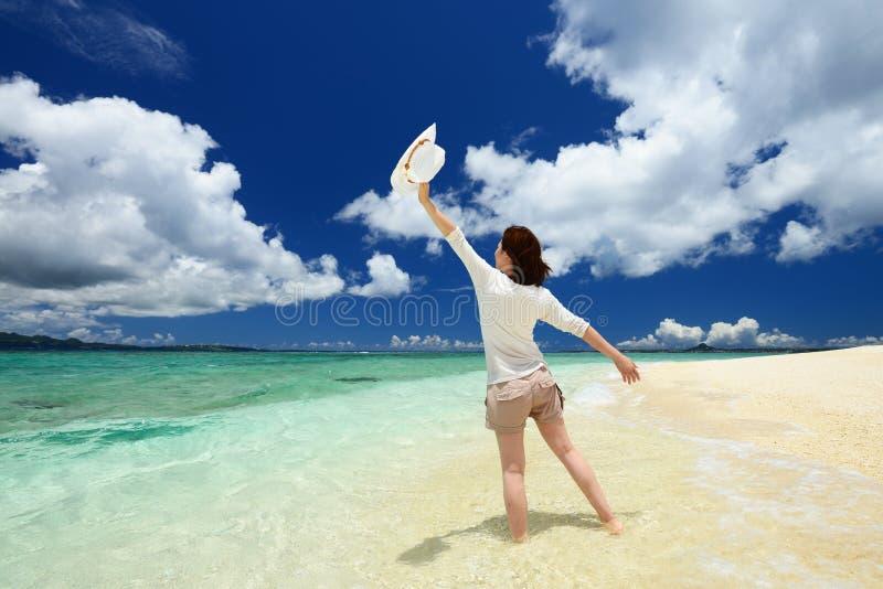 Download Женщина которая ослабляет на пляже. Стоковое Фото - изображение насчитывающей счастье, счастливо: 37930190